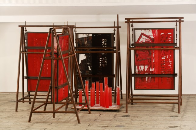 Zhen Chen, Le Rite Suspendue/Mouille, 1991, Metal, plexiglas, water, earth, sand, pigment, paint, found objects, 280 X 800 X 700 cm. Courtesy de Sarthe Gallery
