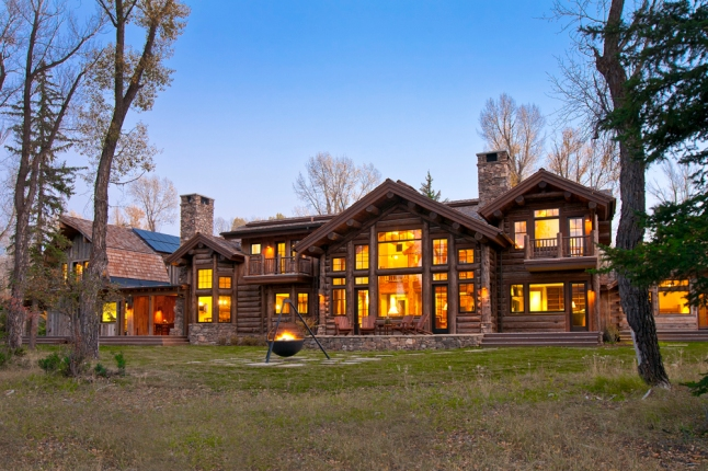 Part of the First Annual Jackson Hole Showcase of Homes, this Custom log home by architects Ellis Nunn & Associates uses Old World construction methods (© Tuck Fauntleroy