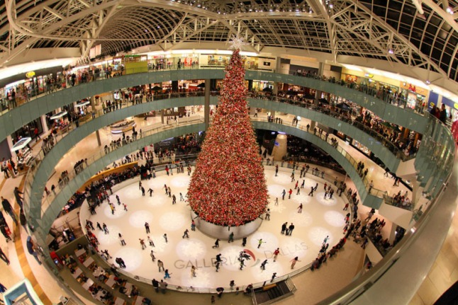 The country's tallest indoor Christmas tree and the Macy's Grand Tree Lighting Celebration at Galleria Dallas. (PRNewsFoto/Galleria Dallas)