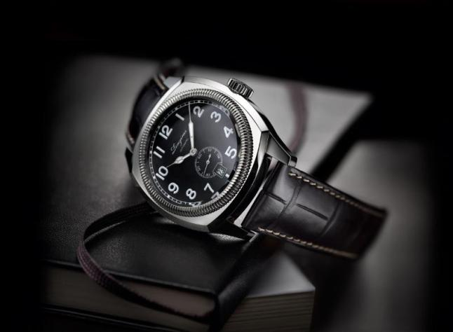 The Longines Heritage 1935 is based on a timepiece originally created for aviators but which went on to prove highly popular among the general public. Its cushion-shaped steel case has a diameter of 42 mm and houses the automatic calibre L615. The matt black dial displays white Arabic numerals with Super-LumiNova® as well as a small second and the date at 6 o'clock. The watch is fitted with a black alligator strap.