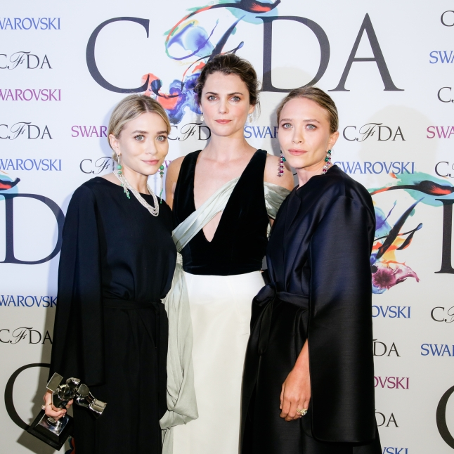 ACCESSORIES WINNERS - THE ROWMARY - KATE OLSEN & ASHLEY OLSEN WITH PRESENTER KERI RUSSELL(Center)