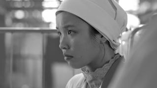 Lien (Trang Le Hong) arbeitet als vietnamesische Vertragsarbeiterin in einer Wäscherei in Rostock.