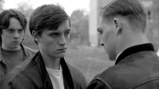 Sandro (David Schütter) ermahnt Stefan (Jonas Nay) die Jacke des verstorbenen Philipp mit Würde und Stolz zu tragen.