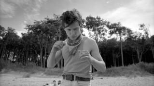 Robbie (Joel Basmann) versucht sich am Strand abzureagieren, nachdem ihn sein Bruder Sandro (David Schütter) im Streit beinahe erwürgt hat.