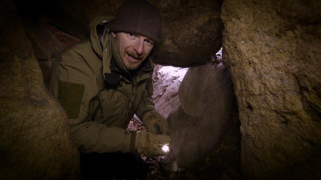 Host Chris Morgan explores the interior of a bear den in Maryland © THIRTEEN Productions LLC
