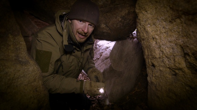 Host Chris Morgan explores the interior of a bear den in Maryland © THIRTEEN Productions LLC