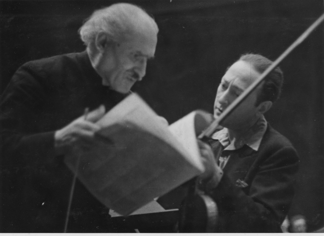 Jascha Heifetz (right) rehearses with Arturo Toscanini (left), circa 1950. Credit: Library of Congress