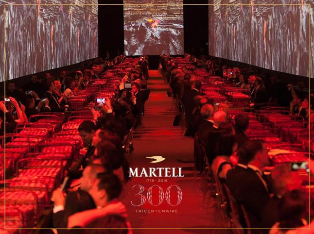 For the exclusive guests, the party at Versailles started in the glasses to finish on the walls.