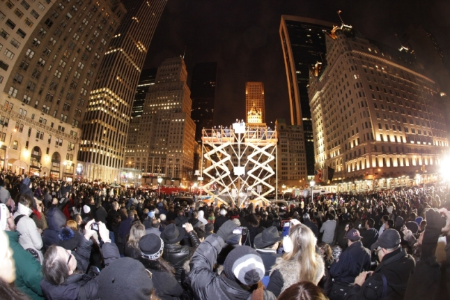 World's Largest Chanukah Menorah on Fifth Avenue by Central Park. (PRNewsFoto/Jewish News Agency)