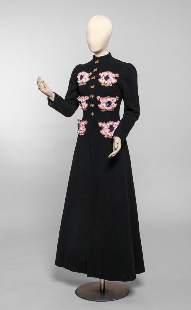 Elsa Schiaparelli, manteau du soir, haute couture automne-hiver 1938-1939 Drap de laine, poche en velours de soie brodée. Collection UFAC © Les Arts Décoratifs, Paris / photo : Jean Tholance