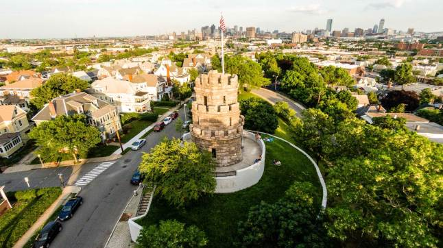 Prospect Hill Tower in Somerville with a view of the Boston skyline © Eric Kilby - CC BY-SA 2.0