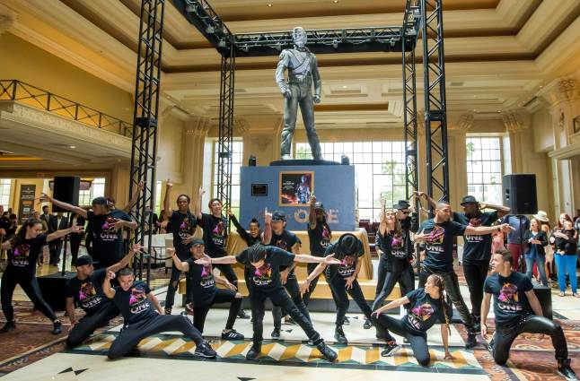 Cast of MJ ONE Welcomes Michael Jackson HIStory Statue (2)