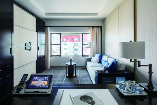 the-peninsula-beijing-deluxe-room-living-room-and-work-desk