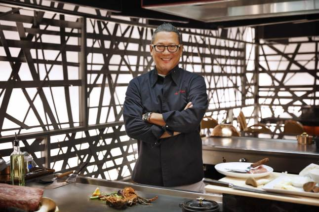 chef-morimoto-brings-showmanship-to-morimoto-las-vegas-with-his-first-teppan-table-experience